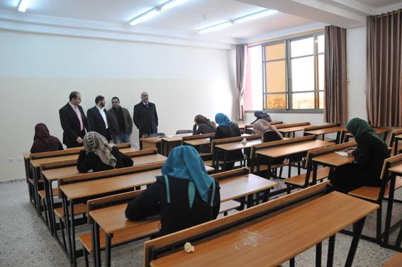 رئاسة الجامعة تقوم بجولة تفقدية للطلبة أثناء تقديم الامتحانات النصفية